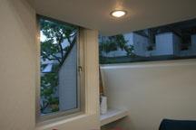 窓とトップライトから零れる陽射し。