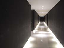 壁が水辺に浮かぶようなイメージの廊下