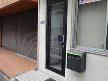 入口は少し小さめのドア。