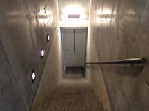 地下2階へ繋がる階段・・・