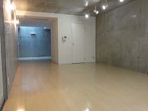 コンクリートの壁、フローリングの床。