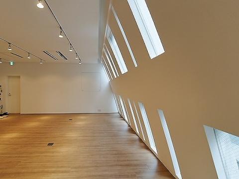 室内の天井も高く開放的!