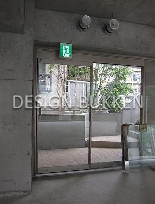 2階室内から見た入口(自動ドア)