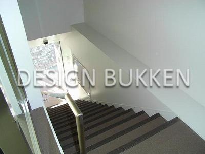 建物正面から2階への直通階段