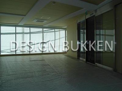 室内スペース: レンガ小路に面した側は全面窓