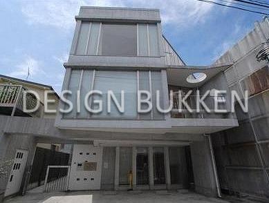 建物外観: ソリッド感のあるコンクリート外装