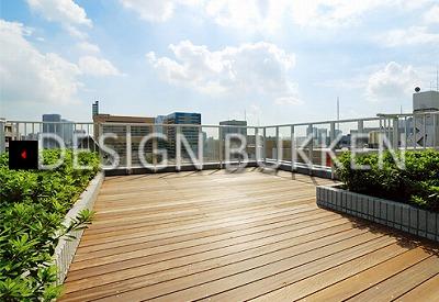 屋上: 共用のテラスが設けられている