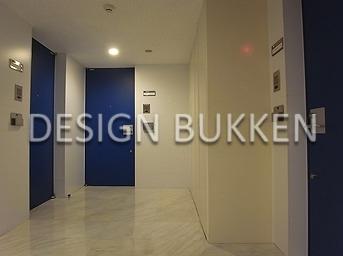 各階廊下: ブルーの扉がスタイリッシュ