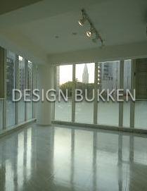 室内: LDKは二面窓に大理石調タイルで明るい