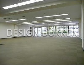 室内スペース: 無柱空間と窓辺の緑カーテン