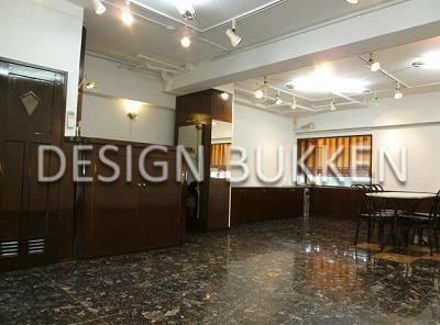 室内スペース: 飴色の建具や家具が配備されている