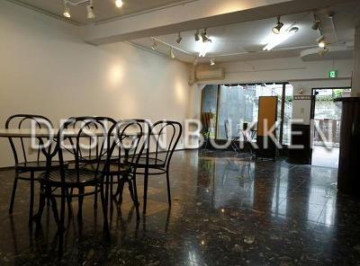 室内スペース: 斑御影石タイル床と3m天井の相性