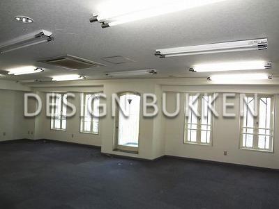 室内スペース: 窓枠はやはり洋館調