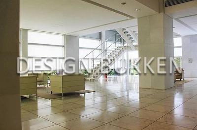 エントランスロビー: 天井の高い白基調の爽快空間