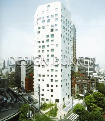 ビル外観: 白いタワーに巧妙に配された窓