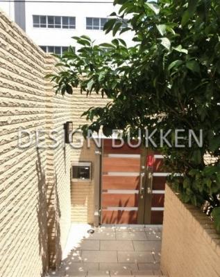 建物エントランス廻り: 玄関まで中庭を抜ける