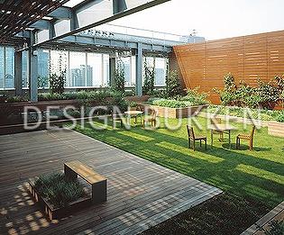 屋上ガーデン: 芝生にウッドデッキの本格派