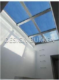 室内スペース: 最上階は階段上に天窓あり