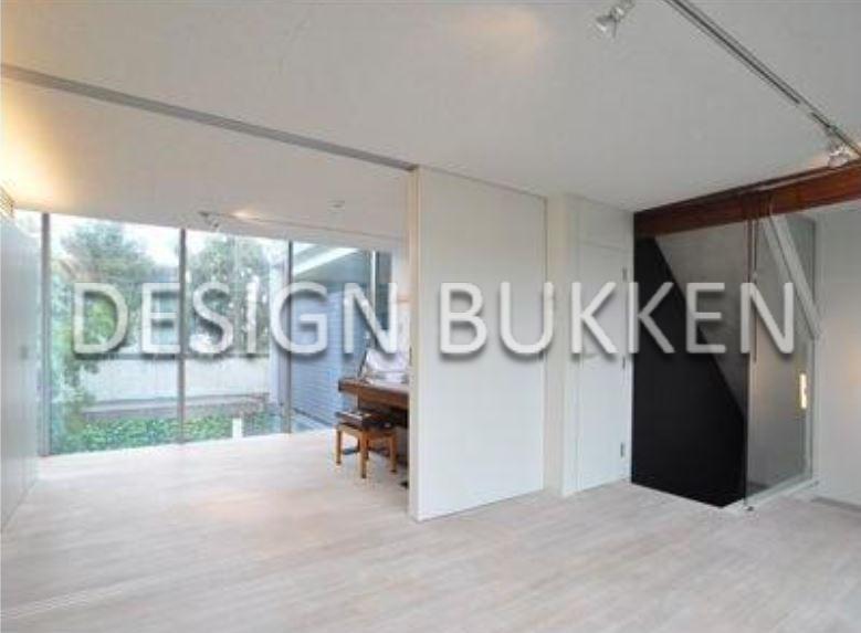 室内スペース:床材には天然無垢のフローリングを使用