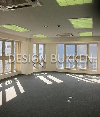 室内スペース: 南向きの二面窓で明るい